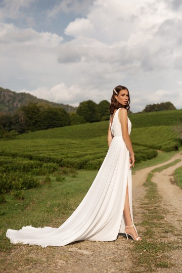 Feminine Simple Minimalistic Wedding Dresses by Mila Bridal 2020 2021 – Bridal Musings 7