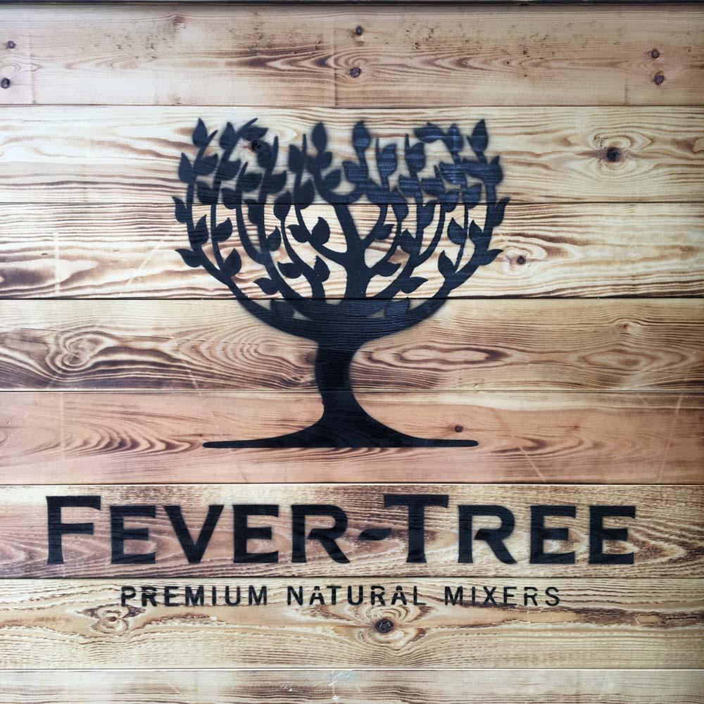 trækasse med fever tree logo