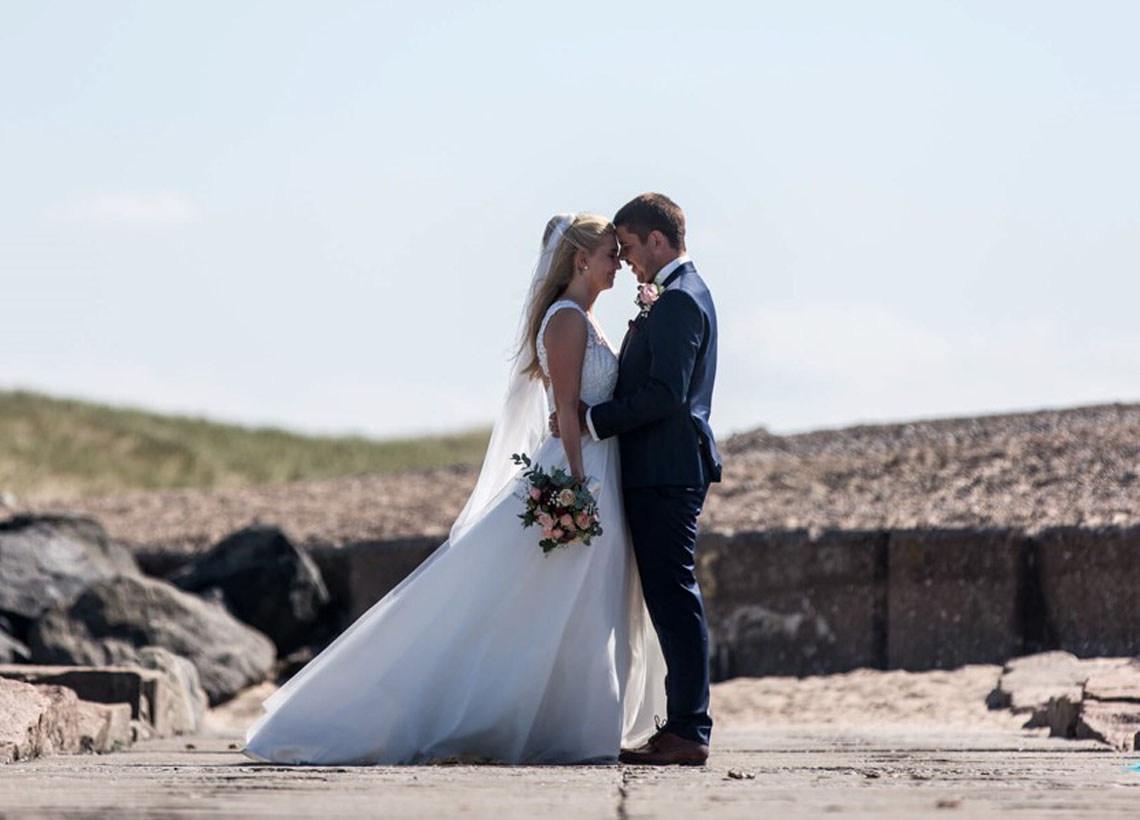 Brudepar på strand