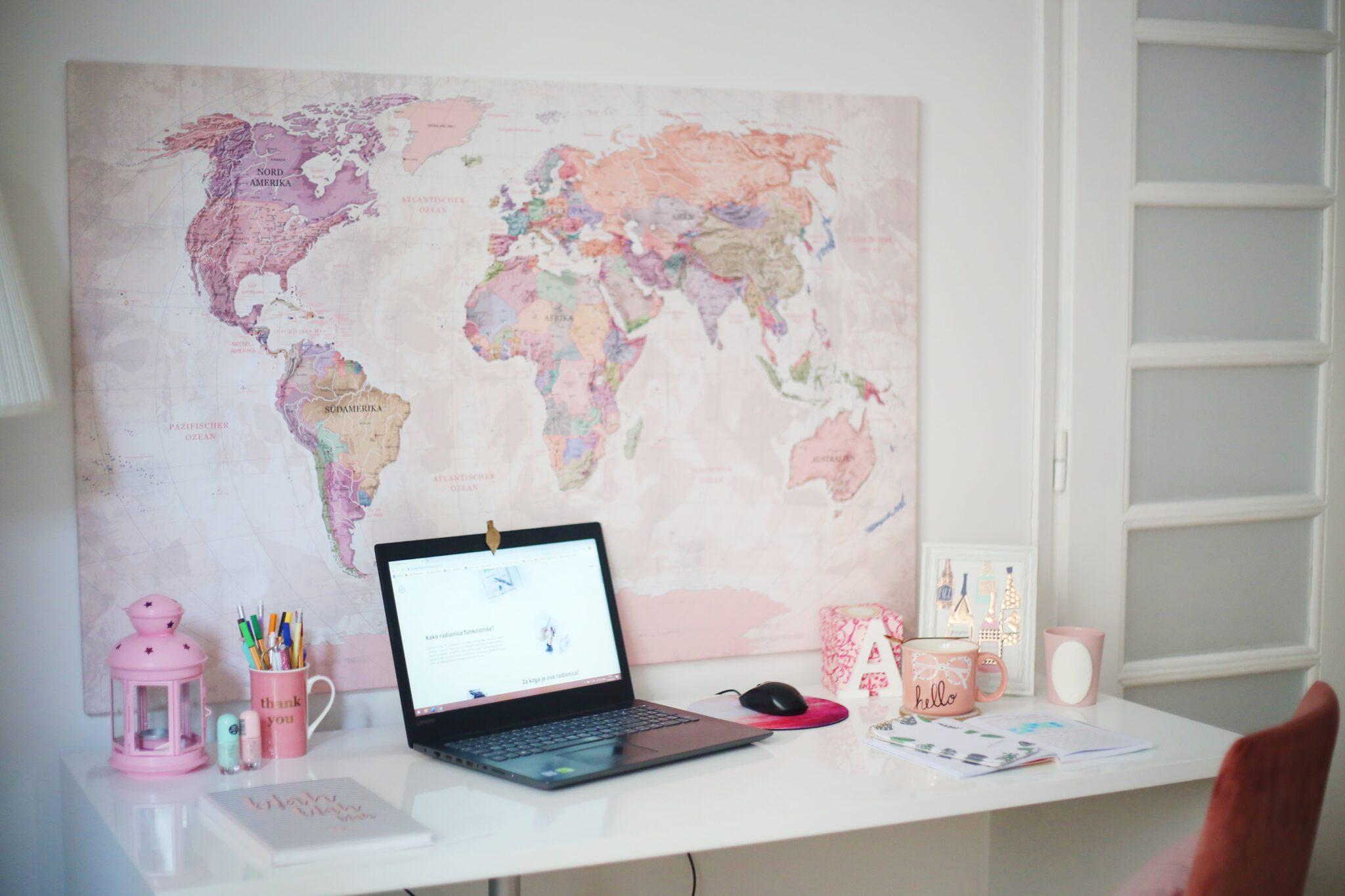 lyserødt verdenskort hænger overskrivebord i bryllupsklub
