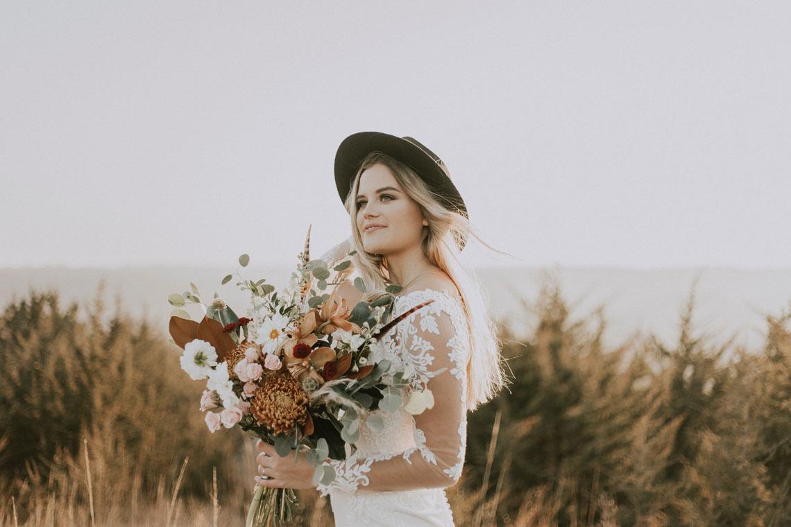 brud med hat og stor brudebuket