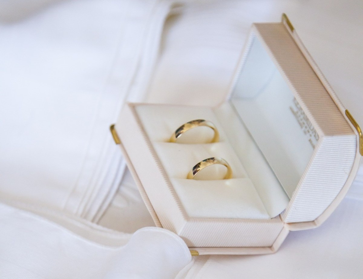 Yellow Gold Vs. White Gold Wedding Rings – Which Is Best For You?