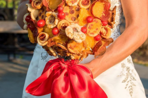 Wedding Pizza bouquets or a traditional flower bouquet for brides?