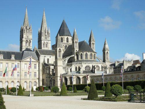 St-Étienne de Caen, Ansicht von Südosten auf die Apsis und das nebenliegende Klostergebäude