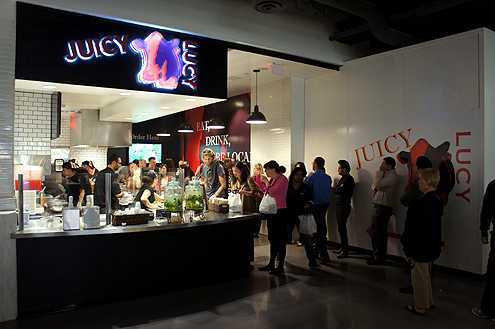Lines form to eat at Juicy Lucy and their delicious gourmet burgers