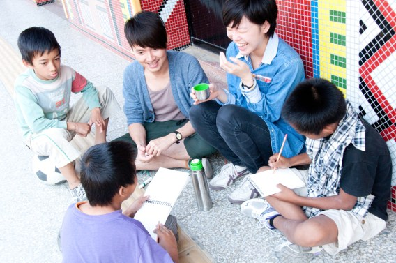 Volunteers with kids during the Stop Motion Animation Workshop Photo courtesy Jon Burke 白炯涵
