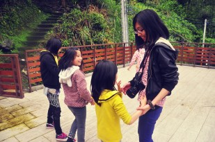 Spending time with kids between activities Photo Courtesy 鄭又綺