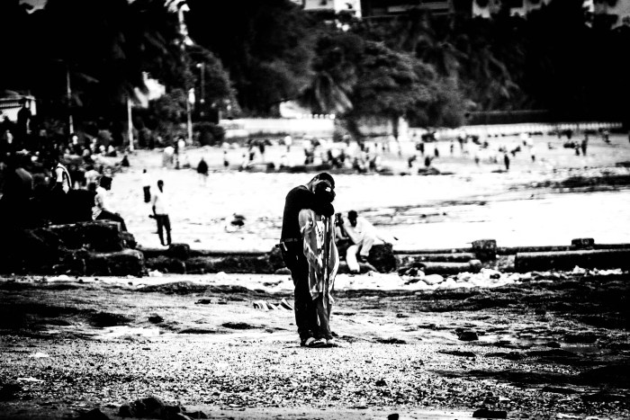 STREET PHOTOGRAPHY PHOTO OF A COUPLE KISSING ON JUHU BEACH CAPTURED BY BRIJESH KAPOOR