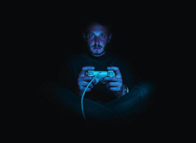 gamer-mit-blaulicht-bestrahlt