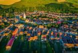 Luftaufnahme mit Blick auf Urwegen (rumänisch Gârbova, ungarisch Szászorbó).