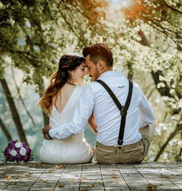 Couple futurs mariés en pleine nature