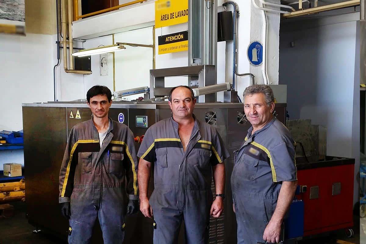 maquina de limpieza por ultrasonidos. Instalada en un taller de Caterpillar de mantenimiento naval. Con operarios.