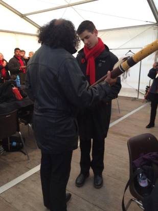 David Hudson gifts Anthony Deeb his didgeridoo! (image from Brigitte)