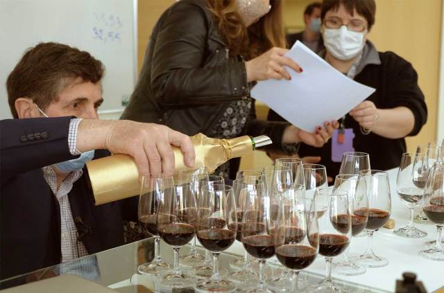 Preparing the tasting at ISVV in Bordeaux. Photo credit: Space Cargo Unlimited (MissionWise project)