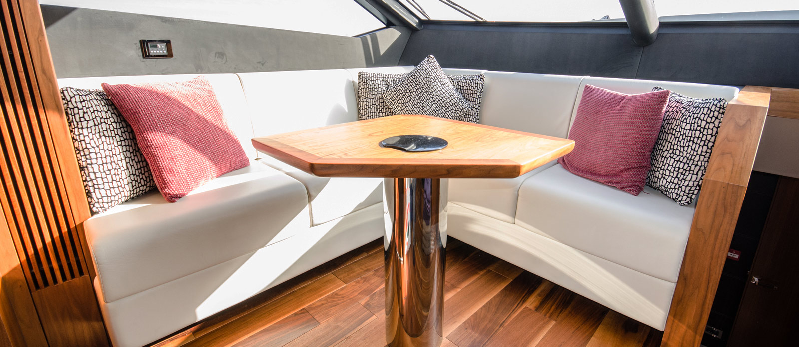 Sunseeker 86 Yacht - Helm-Seating-Area
