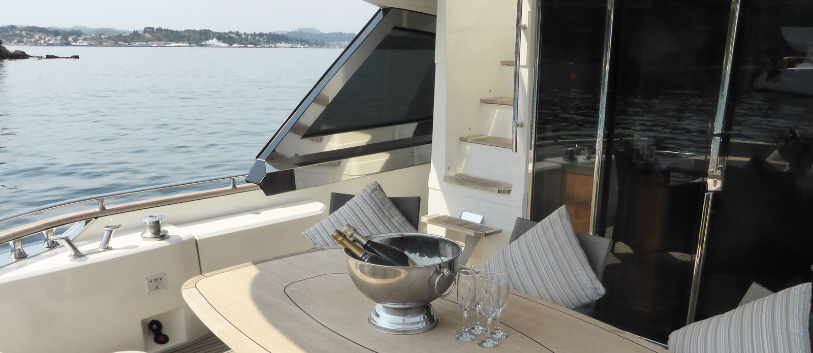 Monte-Carlo-Yachts-65-It's-Magic-Main-Deck