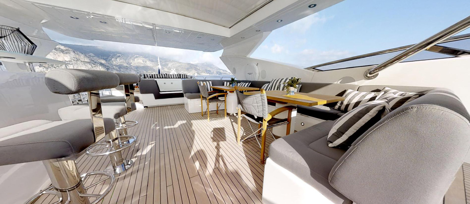 Sunseeker-115-Sport-Yacht-Zulu-Flybridge-Seating-and-Bar
