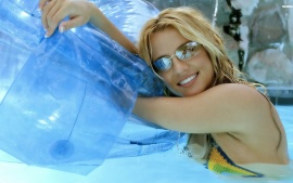 britney-spears-swimming-t1