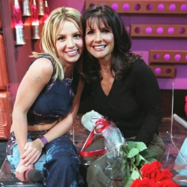 © Kevin Mazur/LFI/ABACA. 18730-7. New York, 13/5/2000. Britney Spears and mother at the Knicks V Heat playoff basketball game held at Madison Square Garden.