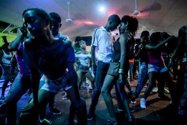 La Rumaba Sana, barrio Canapote. La Rumba Sana es un baile para menores de edad donde no se vende licor. Los promotores cobran la entrada y venden Gatorade y bebidas energizantes. Siempre hay un grupo de hombres que consigue encaletar el trago.