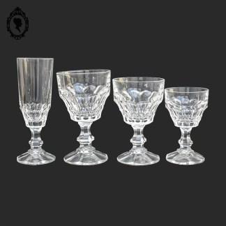 Verre, verres, lot de verre, verres sur pied, verre blanc, service de verre blanc, 17 verres sur pied, verre moulé, lot verre moulé, verre multi facette, coupe de champagne, verre à eau, verre à vin,