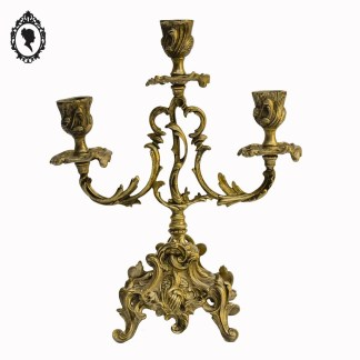 Bougeoir, bougeoir ancien, bougeoir vintage, bougeoir laiton, bougeoir doré, bougeoir 3 bougies, chandelier laiton, chandelier, chandelier doré, chandelier 3 feux, bougeoir 3 feux, chandelier 3 branches, bougeoir 3 branches, chandelier baroque, décoration baroque, bougeoir baroque, bougeoir Louis, chandelier Louis, candélabre, candélabre doré, candélabre laiton, candélabre baroque, candélabre Louis, candélabre 3 branches, candélabre 3 feux, candélabre 3 bougies, bougeoir lampe, candélabre lampe, chandelier lampe, chandelier arabesque, bougeoir arabesque, candélabre arabesque,