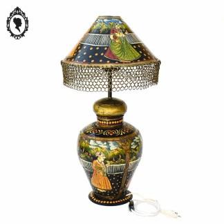 Lampe, lampe vintage, grande lampe, luminaire, luminaire vintage, grande lampe vintage, lampe fer, lampe tôle, lampe peinte, lampe indienne, lampe personnage, lampe indienne vintage, lampe tôle peinte indienne, lampe personnage hindou, lampe indienne ancienne, lampe originale, lampe orientale, grande lampe orientale, grande lampe indienne, grande lampe tôle, lampe noir, lampe rouge, lampe coloré, luminaire fer, luminaire vintage, luminaire oriental, décoration vintage, lampe à poser, lampe à poser fer, luminaire indien, brocante vintage, brocante chic, brocante en ligne, Maharaja, accessoire Maharaja, Maharani, accessoire Maharani, collection Maharaja, collection Maharani, décoration oriental, décoration indienne, décoration Maharani, décoration Maharaja, décoration intérieur de l'Inde, décoration Inde, accessoire Inde, lampe chaîne, abat-jour chaîne, lampe tôle peinte, lampe indienne XXème, meubles indiens, lampe rare,