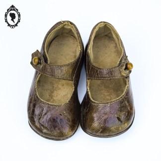 Chaussure, chaussure enfant, chaussures anciennes, chaussures vintage, chaussure marron, chaussure enfant vintage, chaussure enfant ancienne, chaussure cuir, chaussure à boutons, chaussure cuir marron, chaussure collection, chaussure spectacle, chaussure ancienne neuve, chaussure enfant ancienne neuve, chaussure 18, chaussure pointure 18, chaussure cuir 18, chaussure bébé anciennes, chaussures bébé cuir, bébé collection, chaussure poupées, chaussure poupée ancienne,