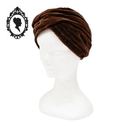 Chapeau, petit chapeau, turban, turban velours, turban vintage, turban velours marron, turban marron, turban neuf, turban chic, accessoire coiffure, accessoire cheveux, turban femme, turban taille unique, accessoire marron, accessoire vestimentaire marron,