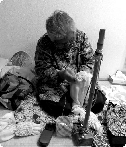 Artisan pratiquant le shibori