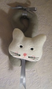 chat porte gris