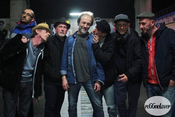 Le réalisateur Christian Philibert entouré de Massilia Sound System - Photo (c) http://reggaelover.free.fr