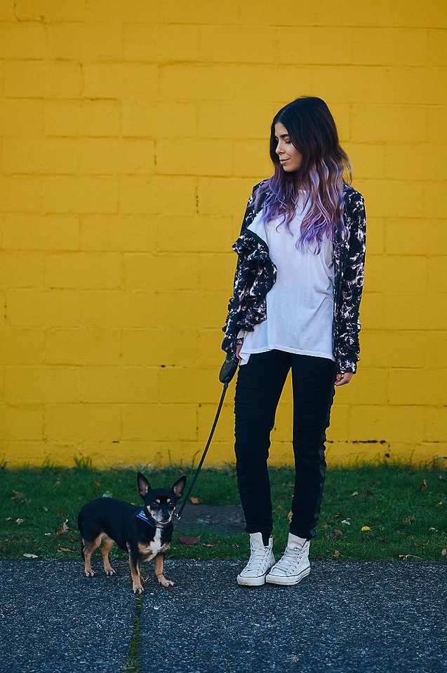 blogger outfit style dog walking skinny jeans purple hair