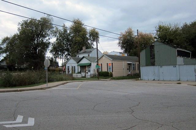 The rain garden, left, and the entrance to an alleyway. (Branden Klayko / Broken Sidewalk)