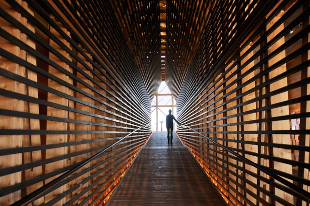 A passageway creates a sense of compression as visitors walk up to a bar with sweeping views of the Kentucky River. (Courtesy De Leon & Primmer)
