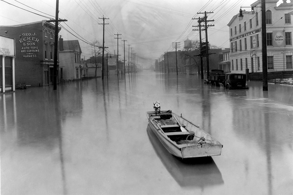 A lone boat floats down Main Street during the 1937 flood. (Courtesy Metropolitan Sewer Collection, UL Photographic Archives)