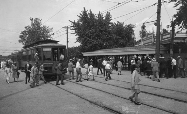 A streetcar drops passengers off at Churchill Downs in 1929. (Courtesy UL Archives - Reference)