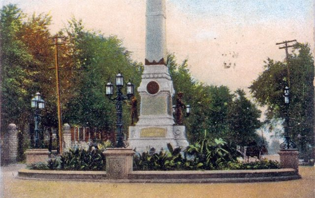 Detail of the base of the Confederate Monument showing its 48-foot-diameter island and lush plantings. (Courtesy Old Lou Guide)
