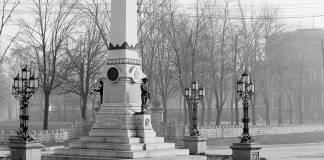 The Confederate Monument showing a prominent base with lamps. (Library of Congress)