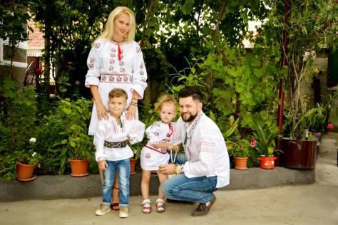 mama, tata, copii imbracati cu haine traditionale