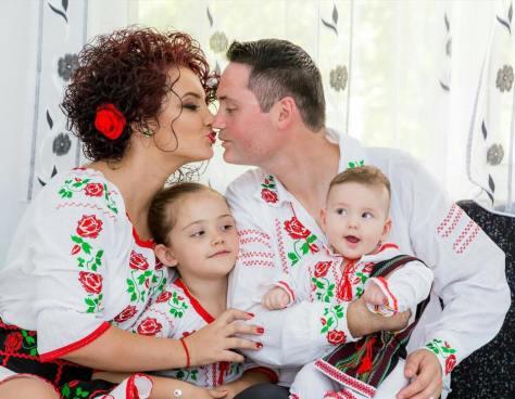 familie cu doi copii cu haine populare