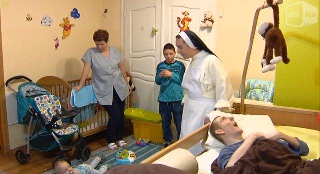 Z dystansem do siebie siostry Dominikanki pomagają niepełnosprawnym podopiecznym
