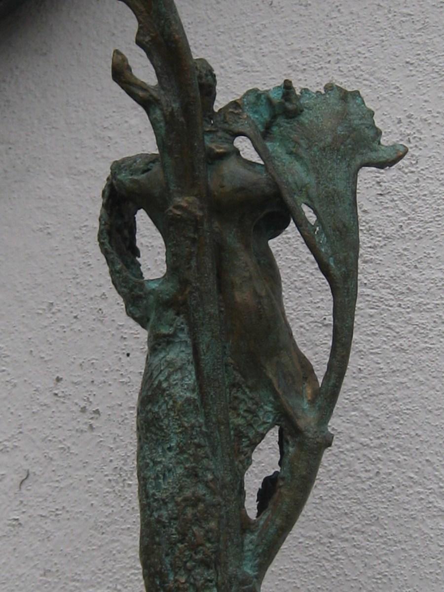 bronzen beeld de tuingodin, DEA DIA, spiritueel. Opgebouwd met organisch materiaal.