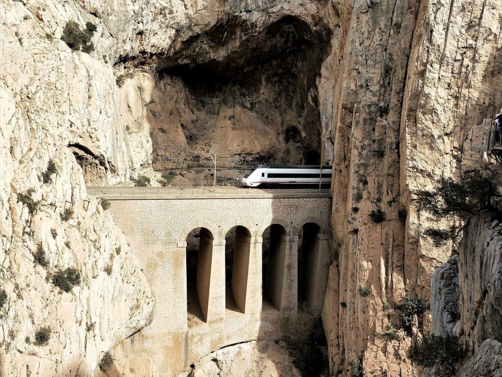 西班牙國王步道 - 山中疾駛而過的火車
