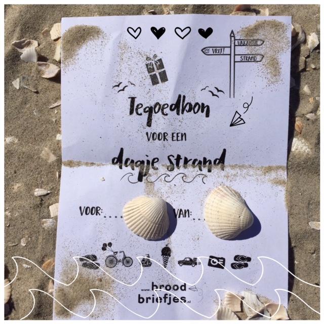 broodbriefjes op het strand