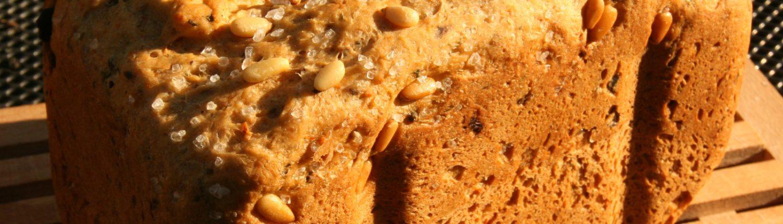 Provencaals knoflookbrood met olijven en pijnboompitjes