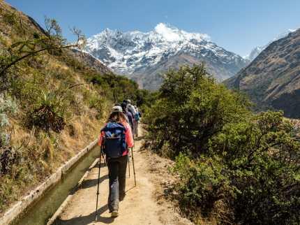 The group hiking towards Humantay