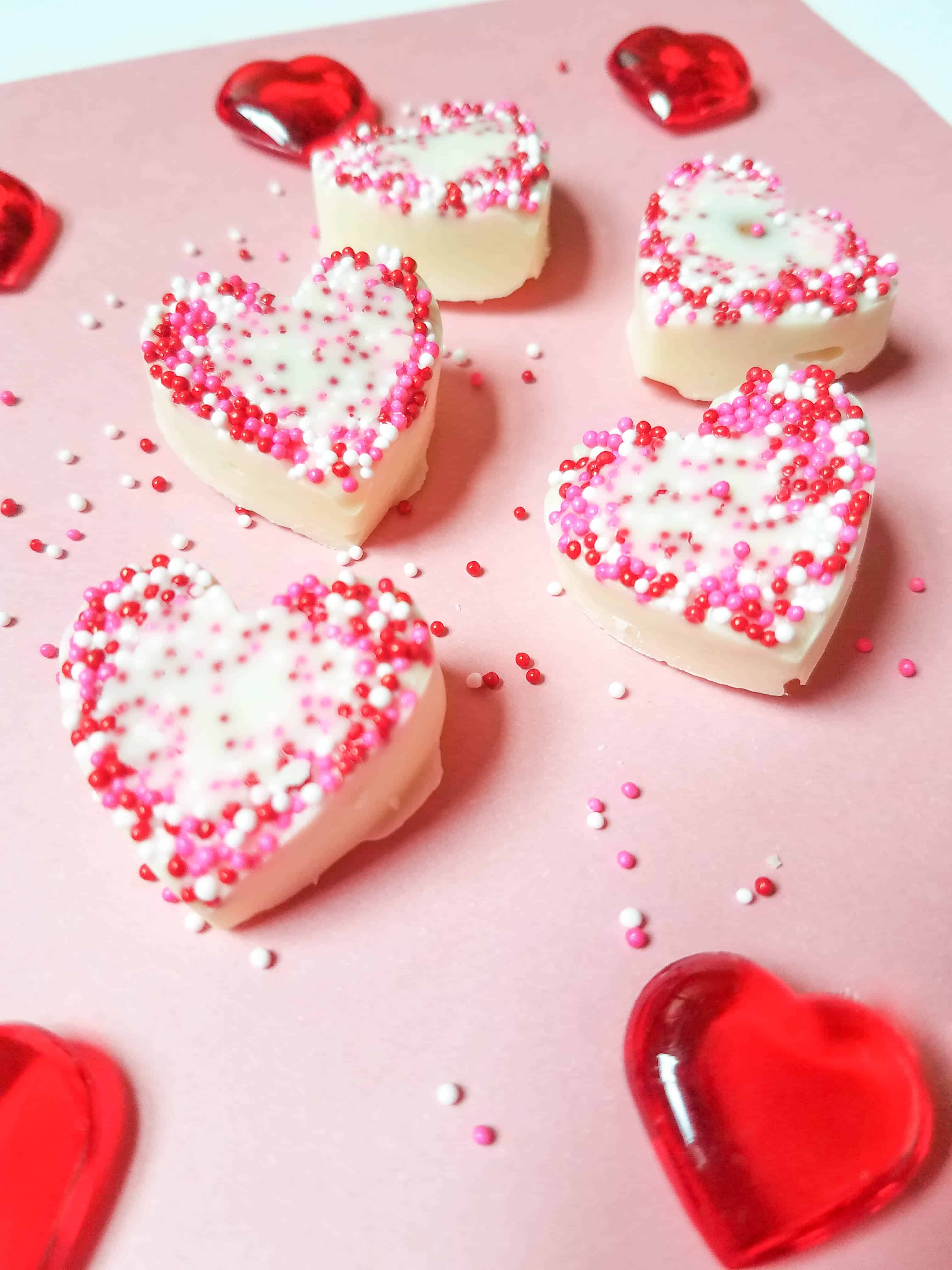 Looking for an easy treat to make for Valentine's day? Check out these adorable white chocolate almond hearts! #valentinesday #valentines #valentinesdayparty