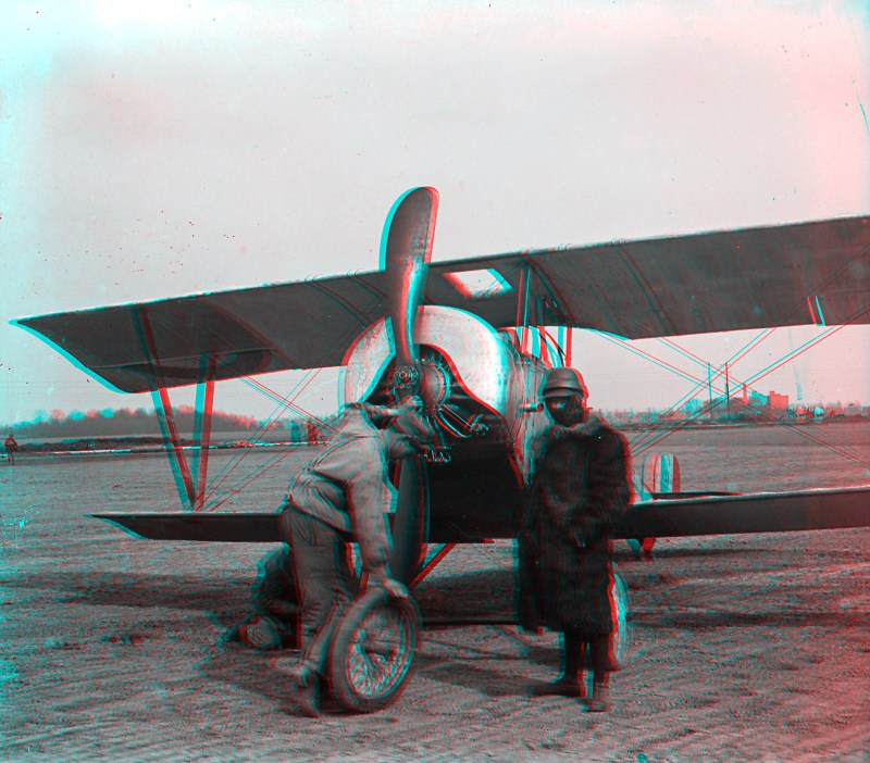 An anaglyph of the two men working on the Nieuport 10.