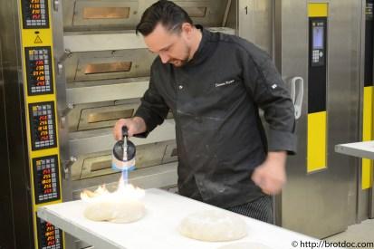 Dietmar beim Gerstern von Broten